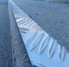 Profil plat aluminium larmé - Produit antidérapant GECKO